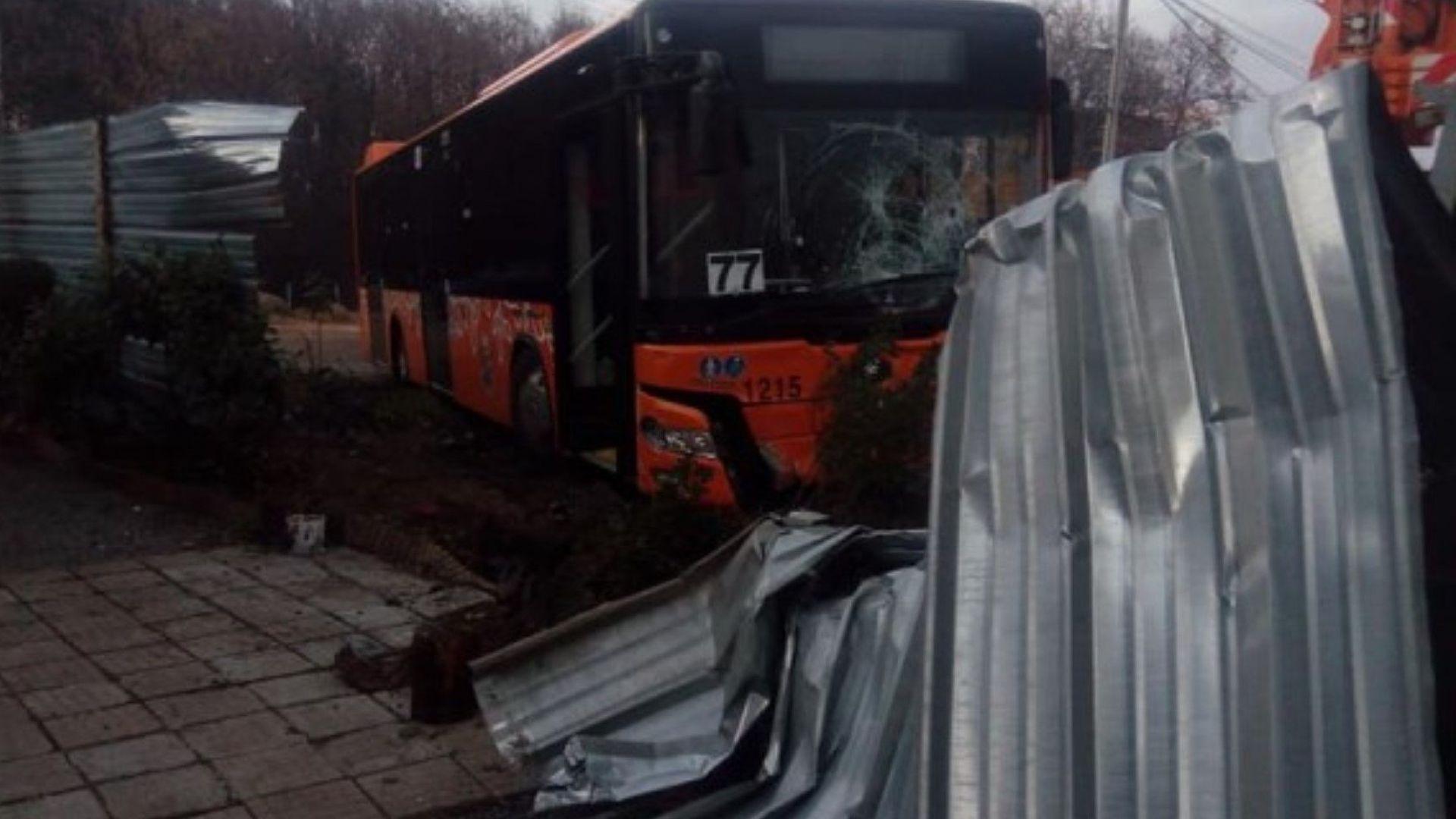 """Автобус на столичния градски транспорт """"налетя"""" на къща"""