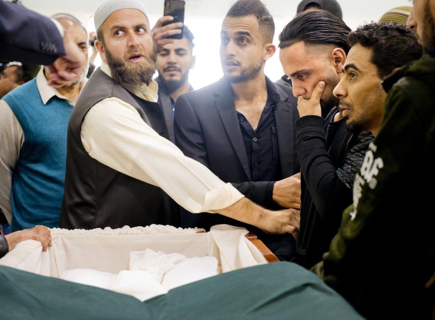 Али Хасан - вторият отляво, по време на церемонията по погребението на Абдулахбва