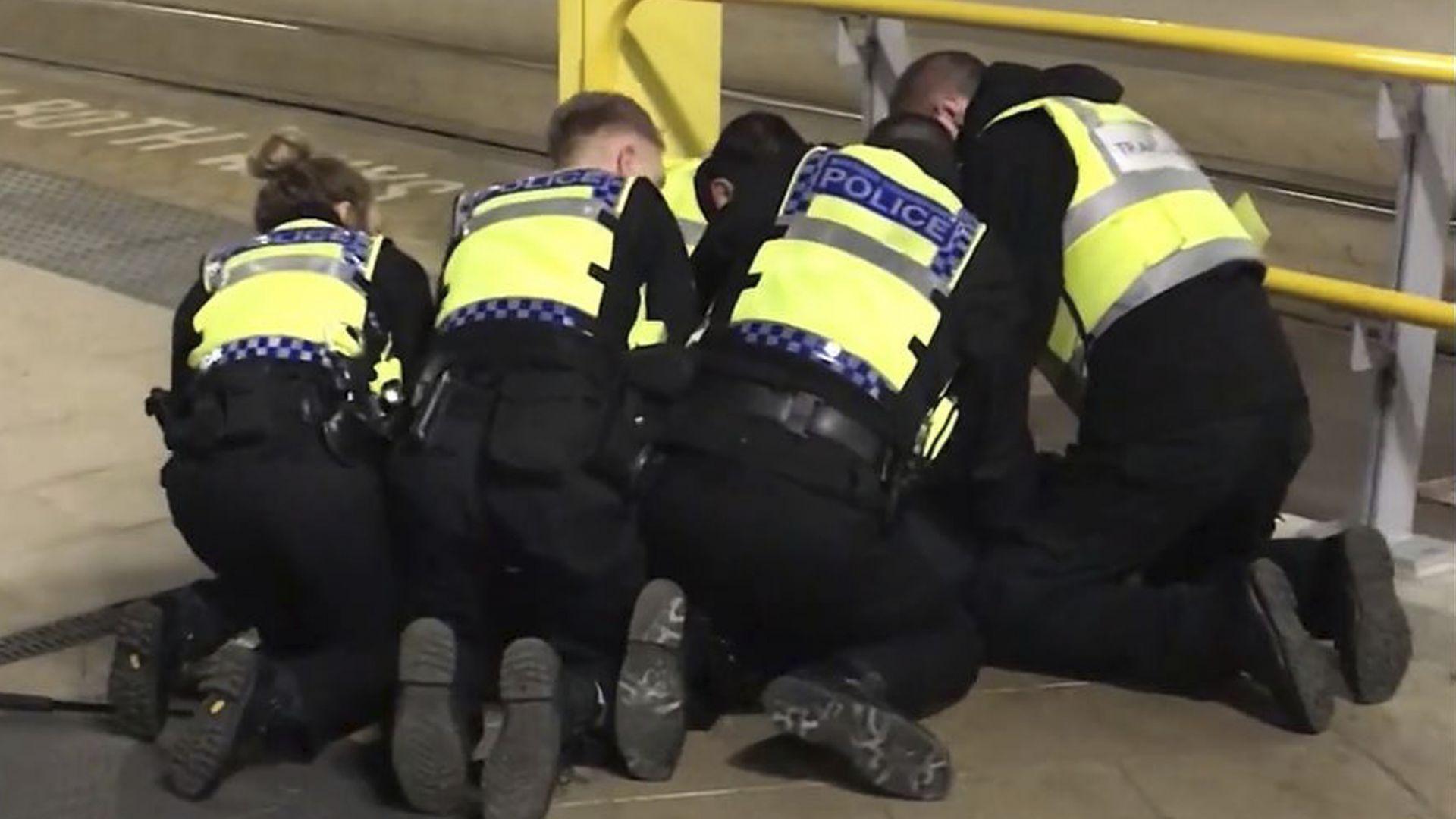Терористичен акт с нож в Манчестър, мъж блъсна с кола 4-ма в германски град