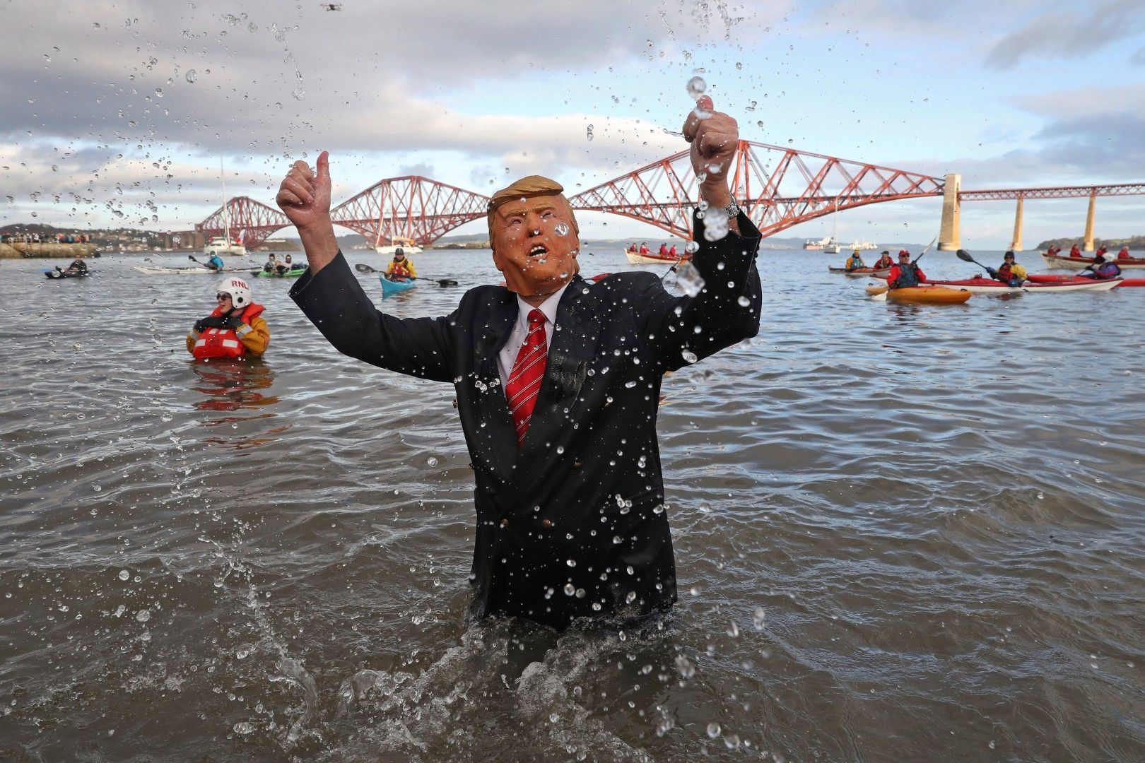 Един от ентусиастите се беше маскирал като Доналд Тръмп