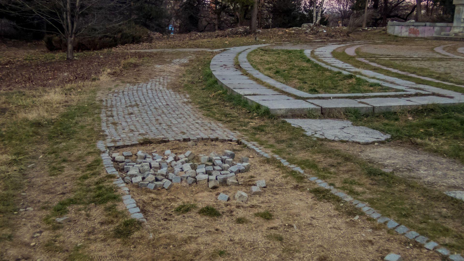 """Някой си """"пазарува"""" павета от Борисовата градина в София (снимки)"""