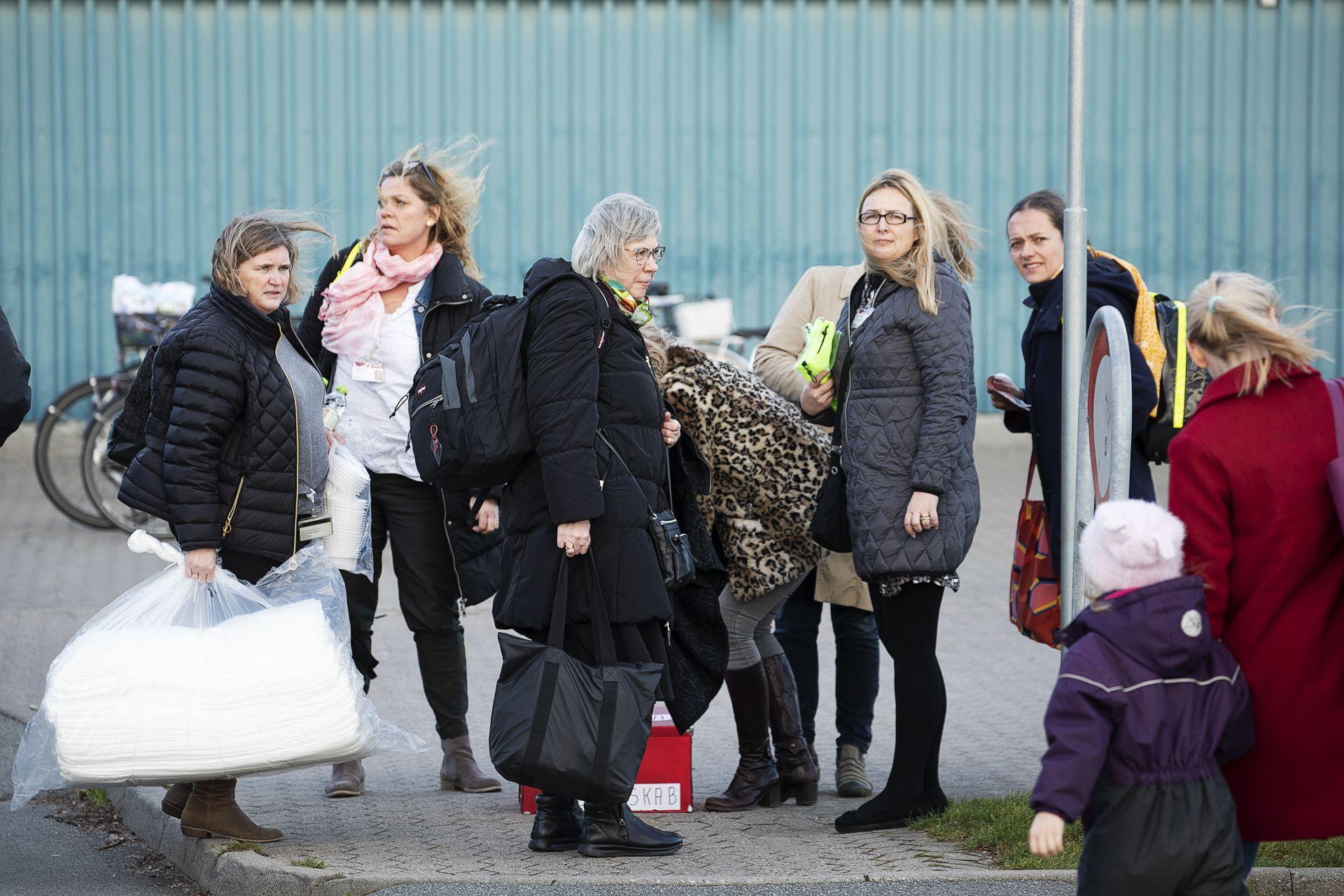 Пътници от катастрофиралия влак пристигат във временния  кризисен център в град Нюборг
