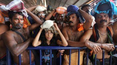 Жени нарушиха вековна забрана за влизане в индийски храм - протести и сблъсъци