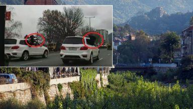 Мъже с АК-47 и бели джипове обикалят Асеновград (видео)
