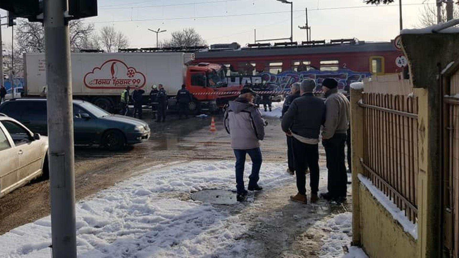 Камион се удари във влак на прелез в Монтана (снимки)