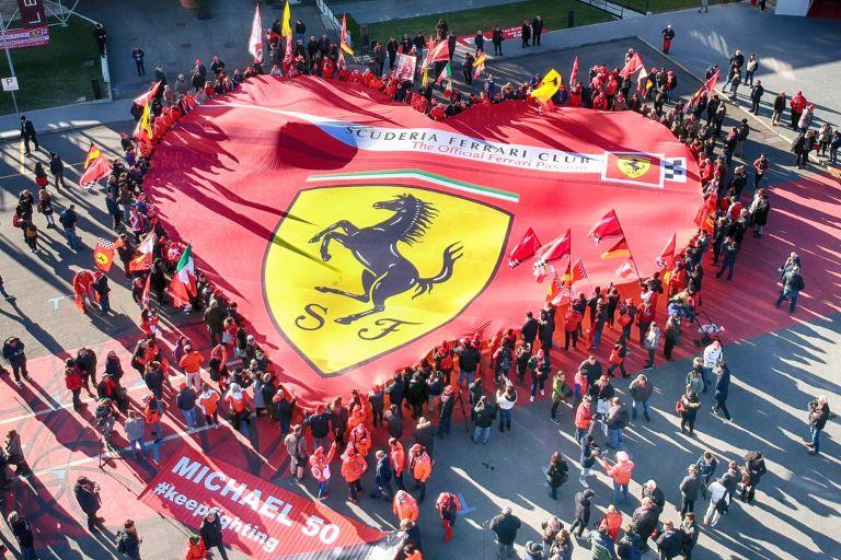 Служителите на Ферари и музея опънаха огромно знаме-сърце за своя най-голям пилот