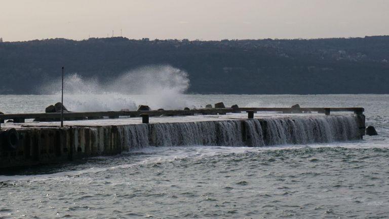 Бурни вълни попречиха на подготовката за Богоявленския кръст във Варна (снимки)