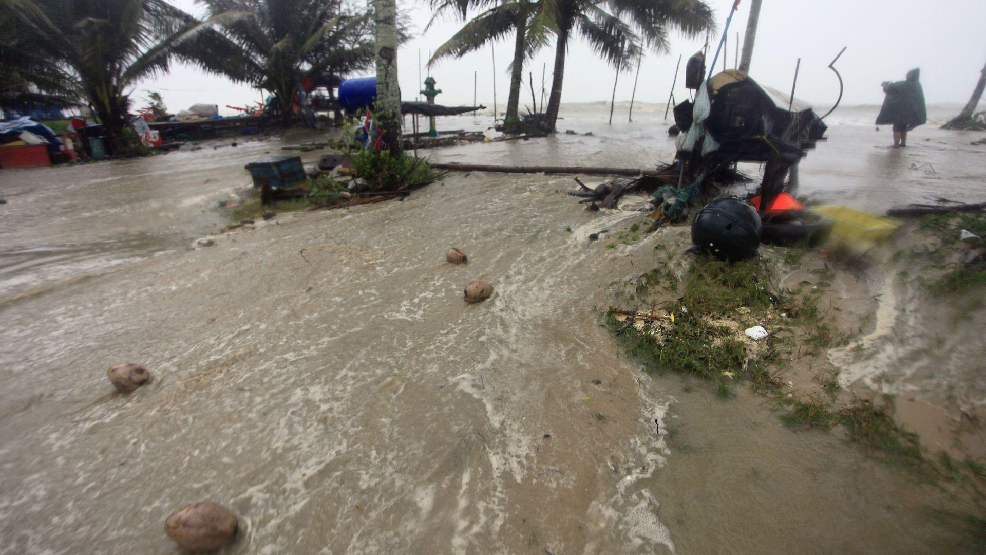 """Група българи са блокирани на тайландски остров от тайфуна """"Пабук"""""""