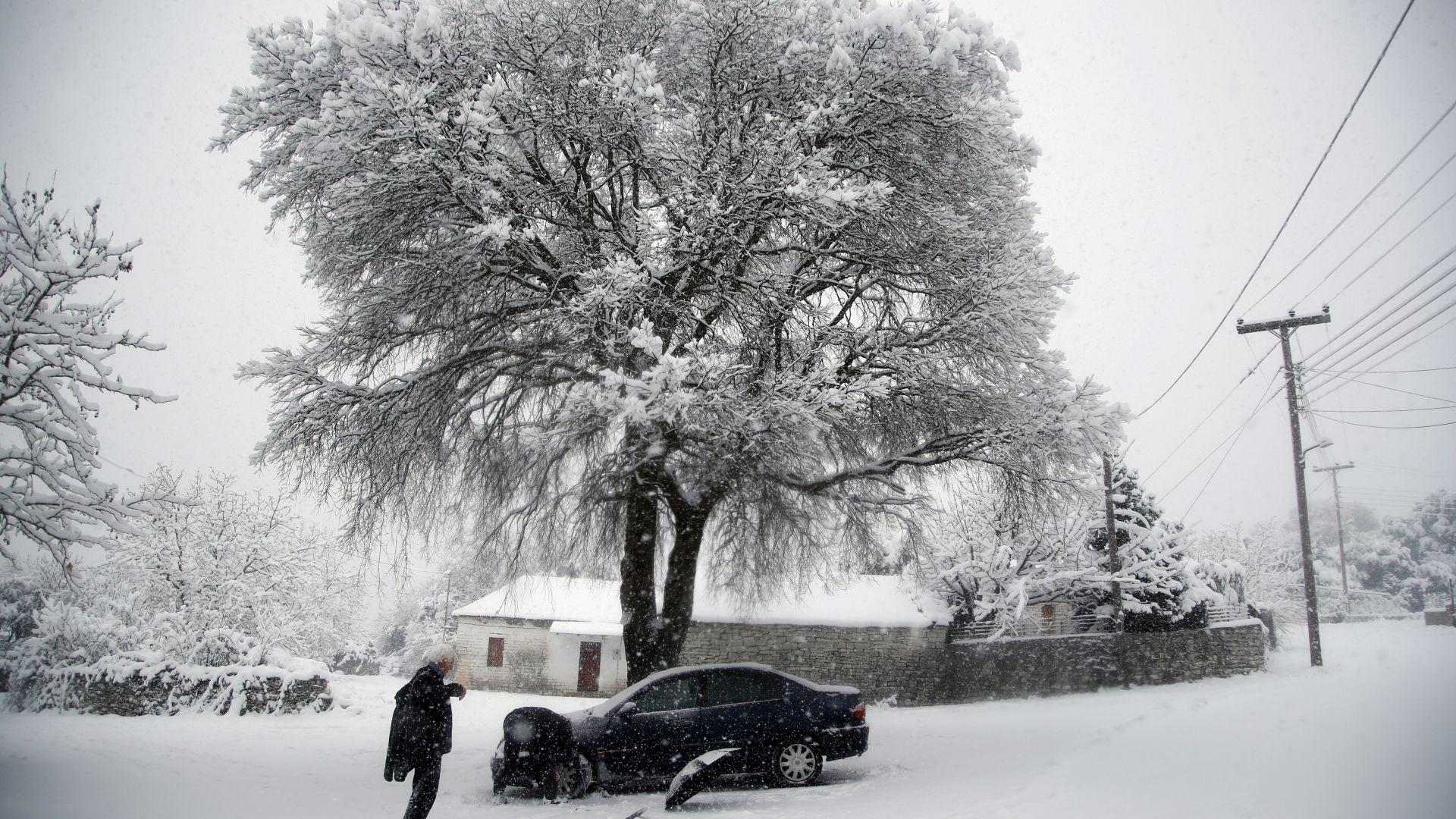 Снегът и лошо време обхванаха Балканите (снимки)