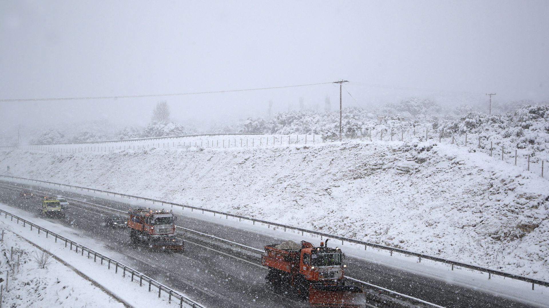 Обилен сняг и бурен вятър парализираха Гърция