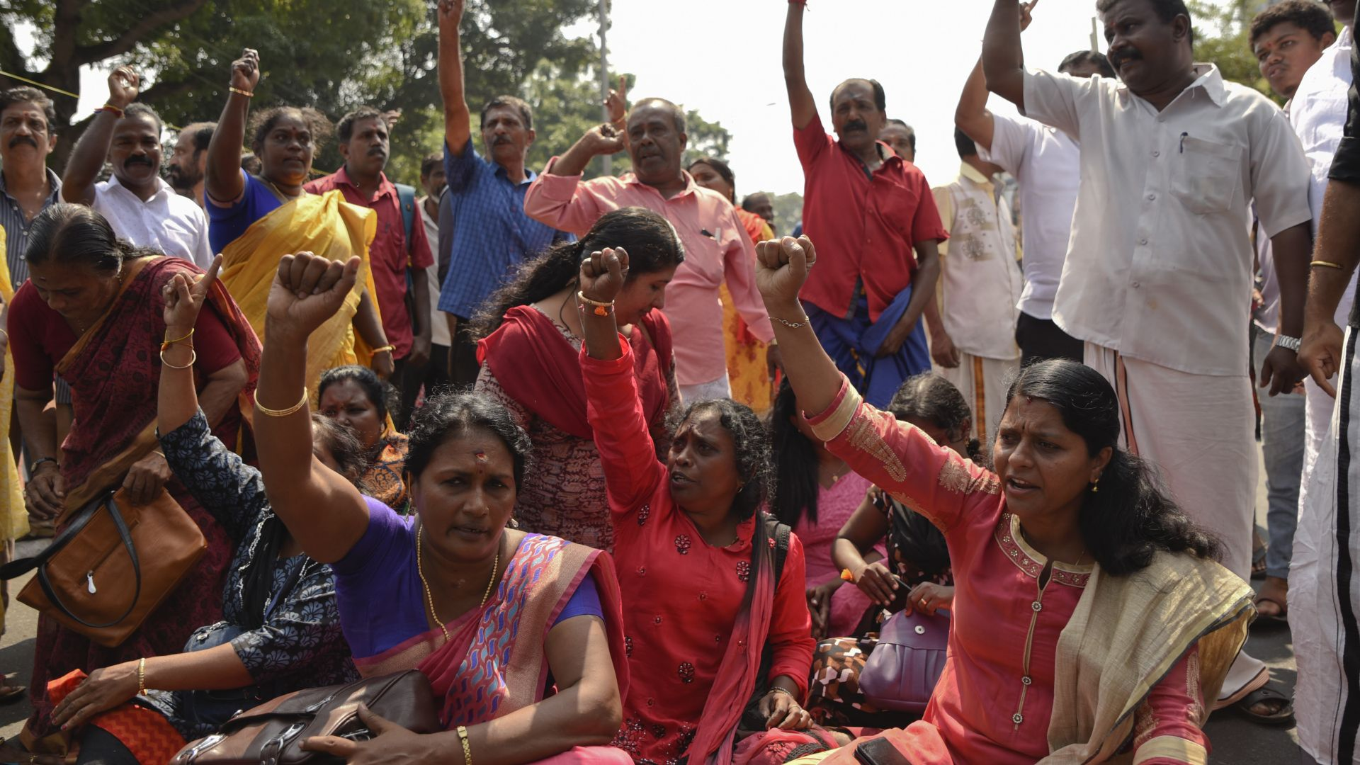 3-а   индийка наруши забраната за влизане в храм въпреки протестите