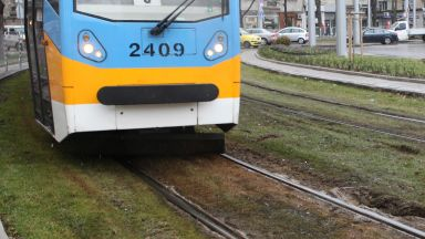 Кола се заби в трамвай на кръговото при Руски паметник