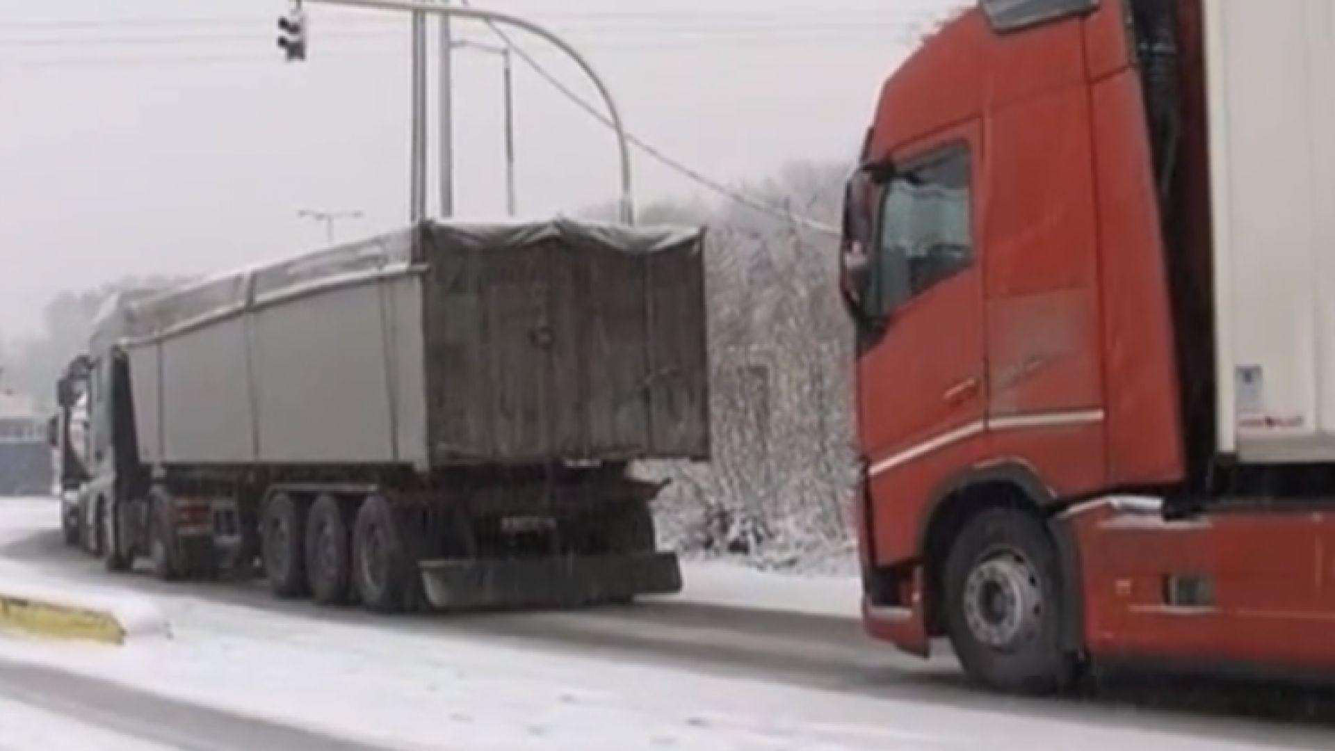 """Гърция не пуска камионите през """"Кулата"""" заради лошото време"""