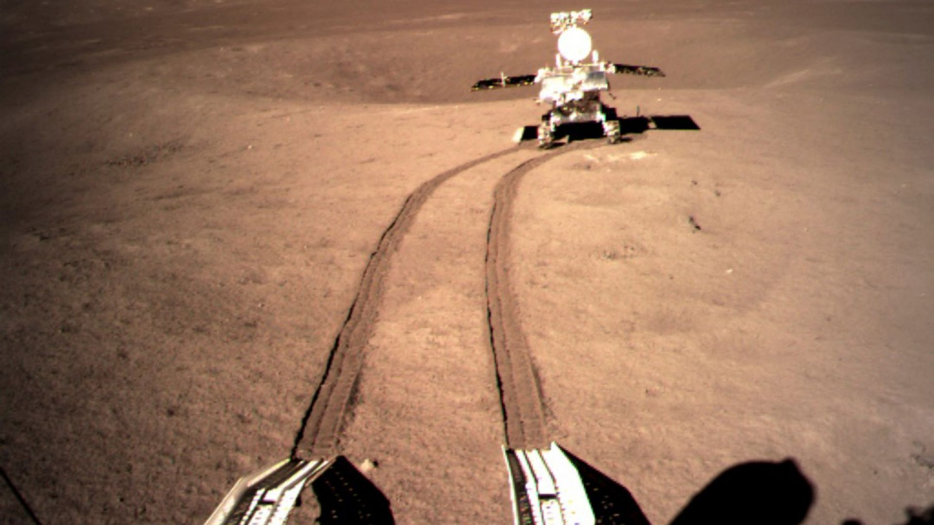 Китайският роувър на далечната страна на Луната работи нормално