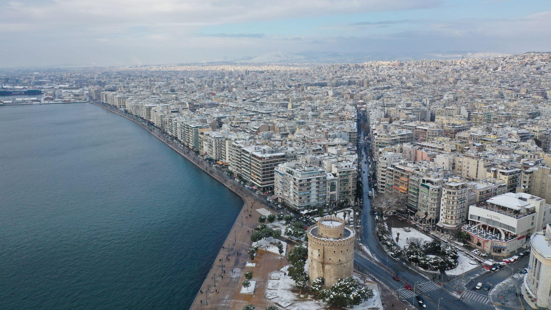Армията се включи в разчистването на снега в Гърция