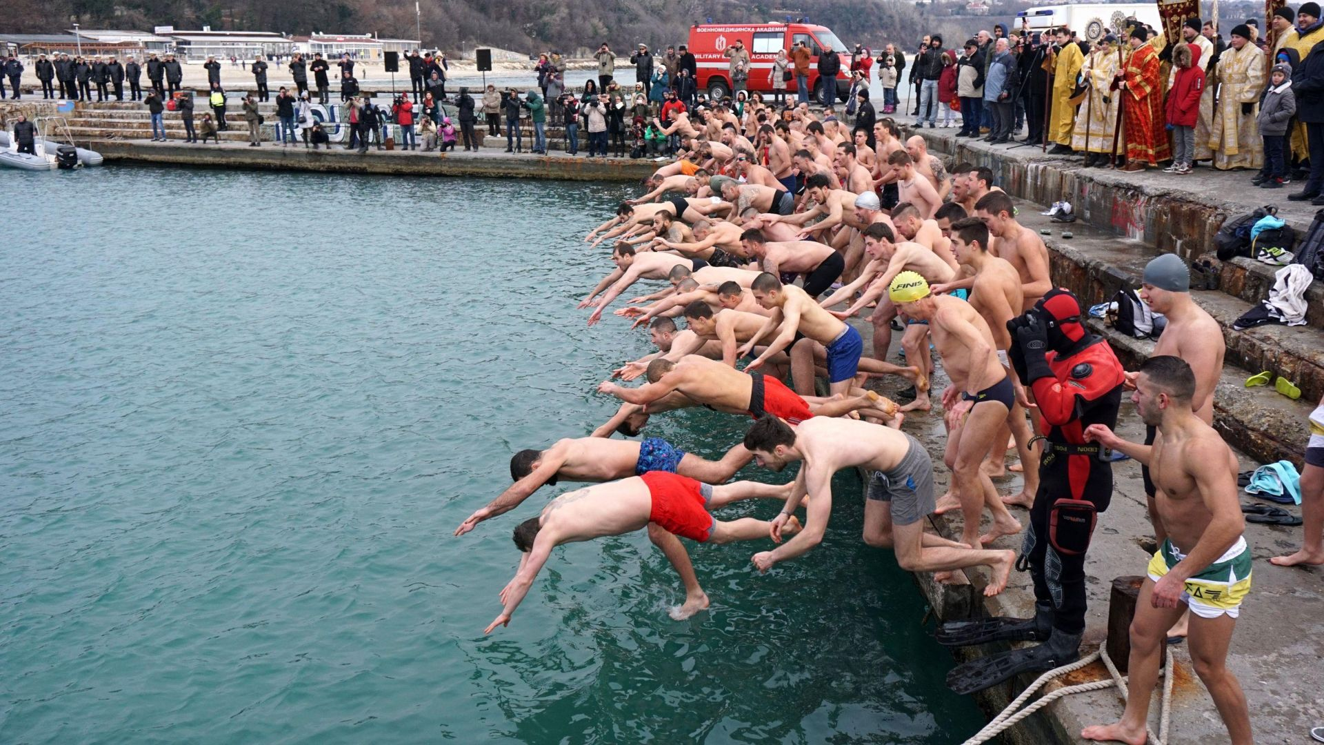 Хиляди българи се хвърлиха в ледените води за кръста (снимки)