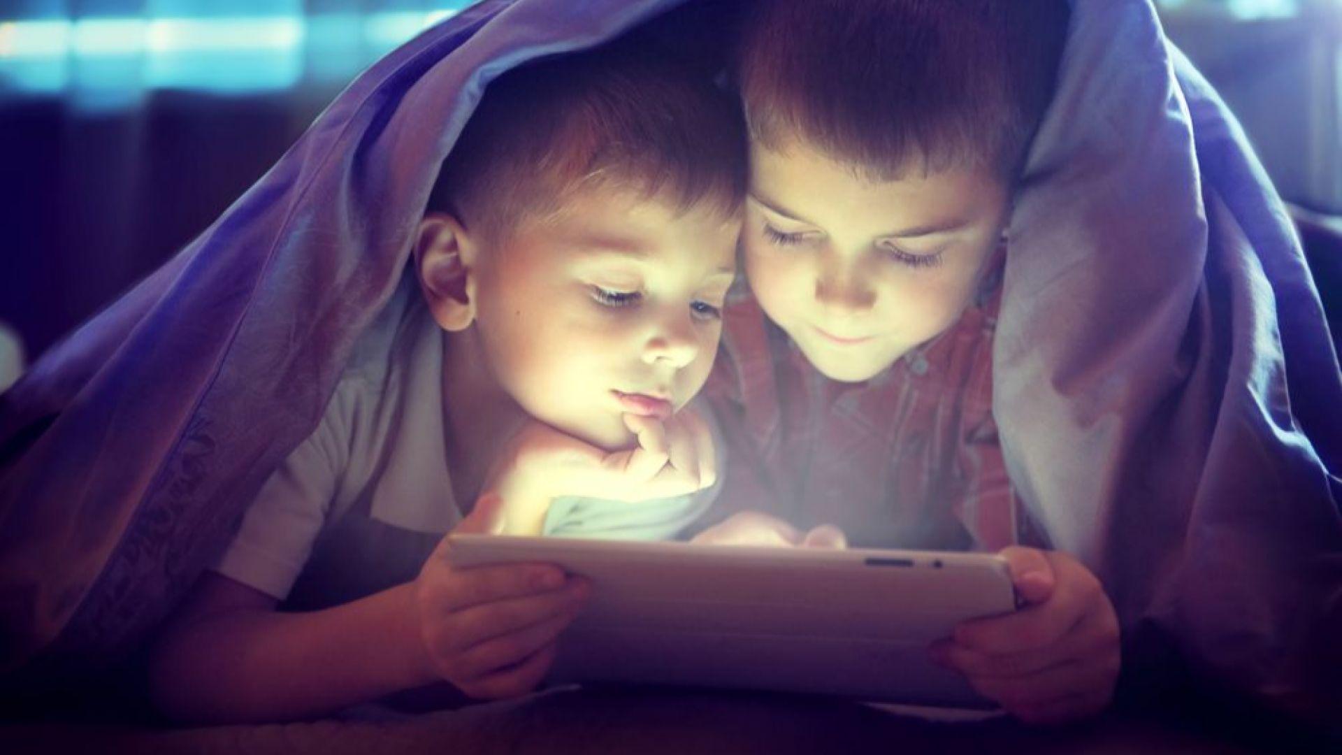 Децата не трябва да гледат в екрани най-малко час преди лягане