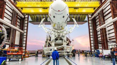 Първият пилотиран полет на SpaceX ще е след 2 месеца