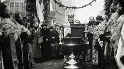 Църковни ритуали, народни традиции и военни паради се преплитат на Богоявление