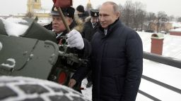 Путин стреля с топ от Петропавловската крепост (видео)