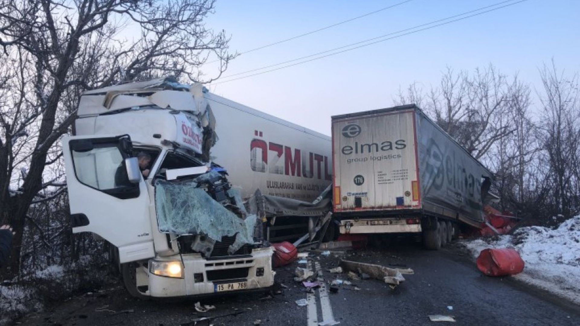 Шофьор загина след челен удар между два тира на пътя Русе-Бяла