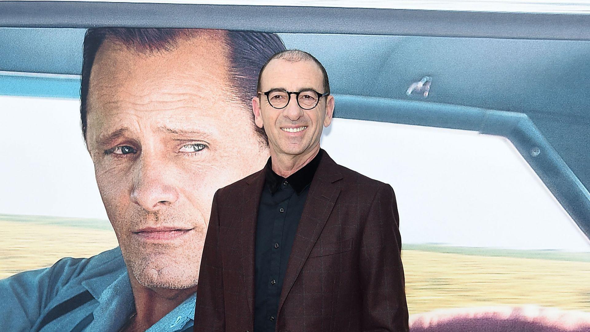 Маринов позира пред плаката на филма