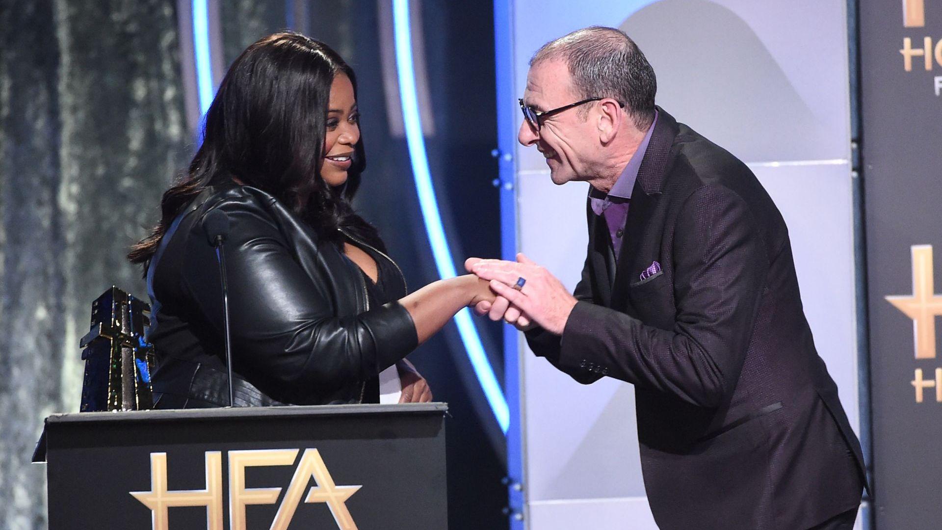"""Димитър получава от Октавия Спенсър наградата на Гилдията на филмовите актьори за """"Най-добро изпълнение на актьорски състав"""""""