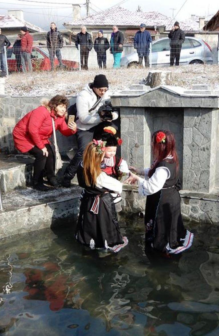 След ритуалното къпане на булките, в ледената вода влизат и всички именици
