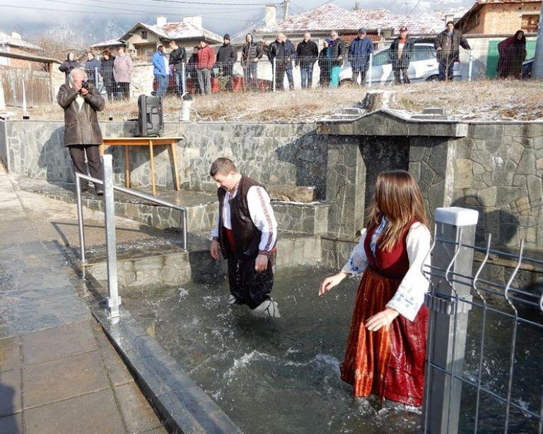 Обичаят повелява на Ивановден да се окъпят в изворна вода всички жени, които през миналата година са минали под венчило