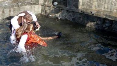 """Изкъпаха в ледена вода бременната Лилия на """"Къпанак"""" (снимки)"""