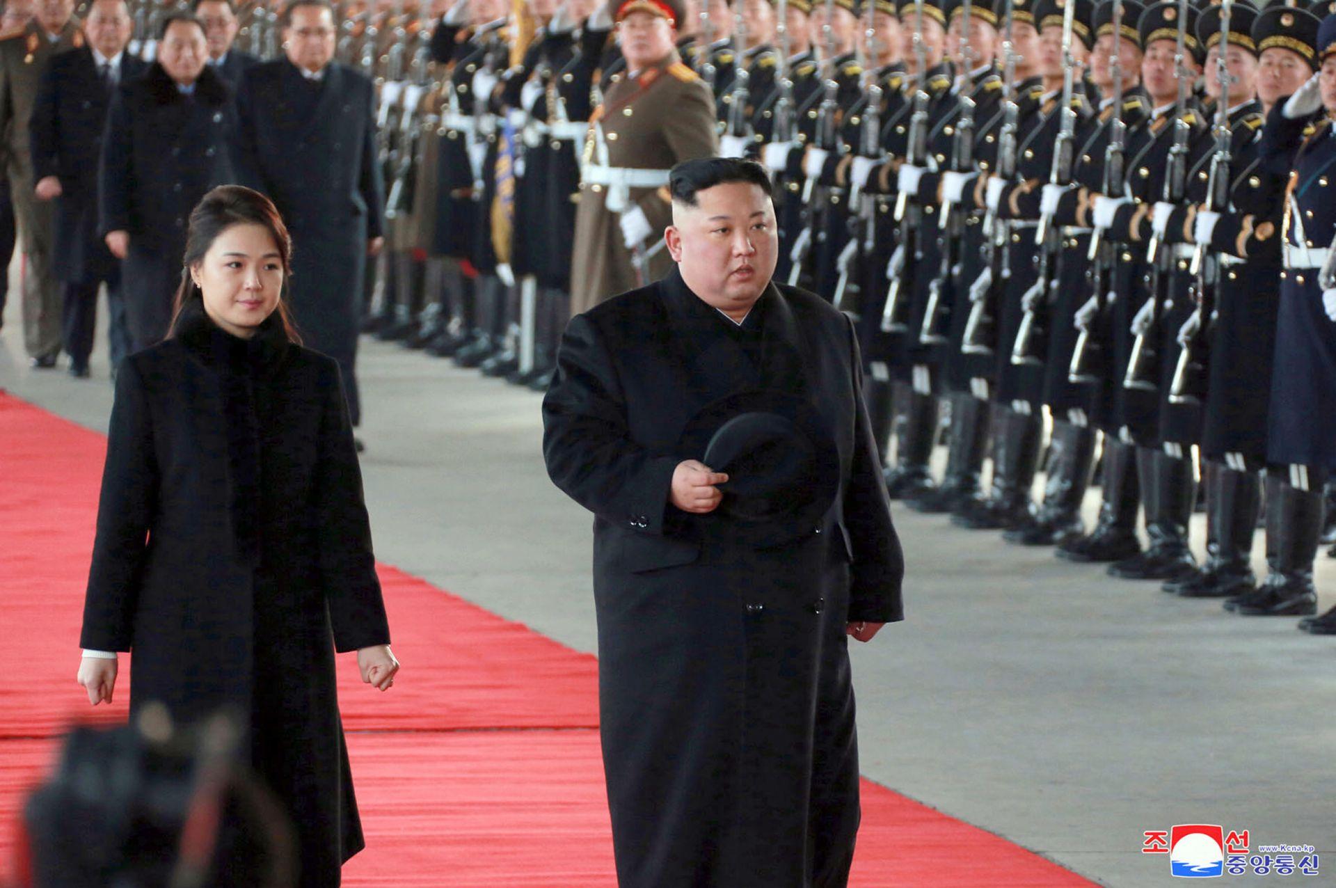 Ким и съпругата му при отпътуването му за Китай