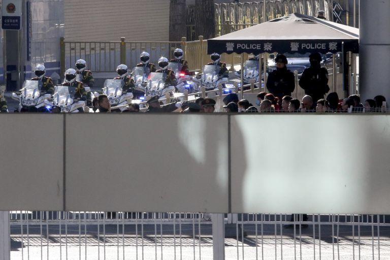 Екскорт в очакване на Ким на гарата в Пекин
