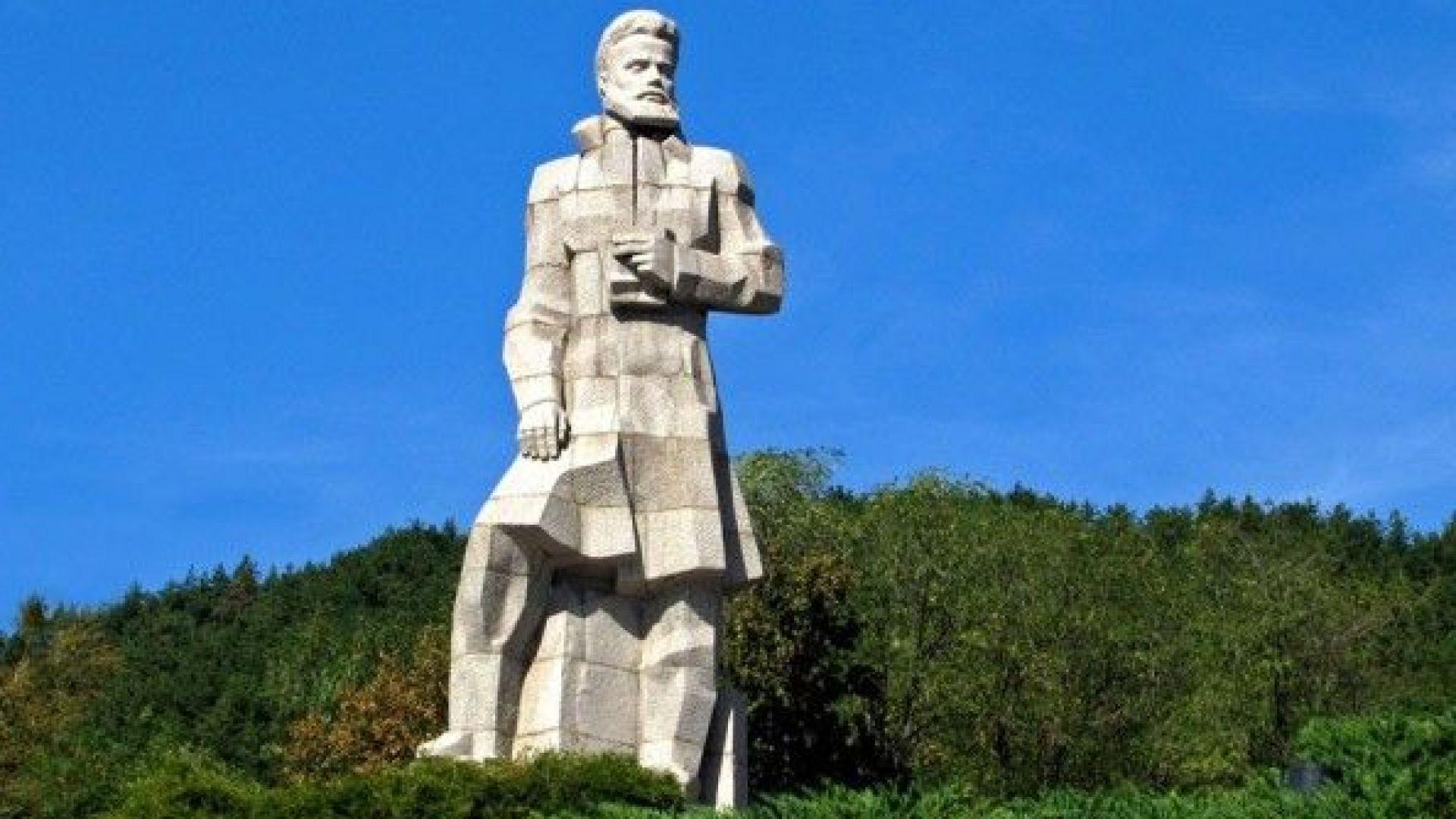 Кметът на Карлово съди кмета на Калофер заради паметник на Ботев