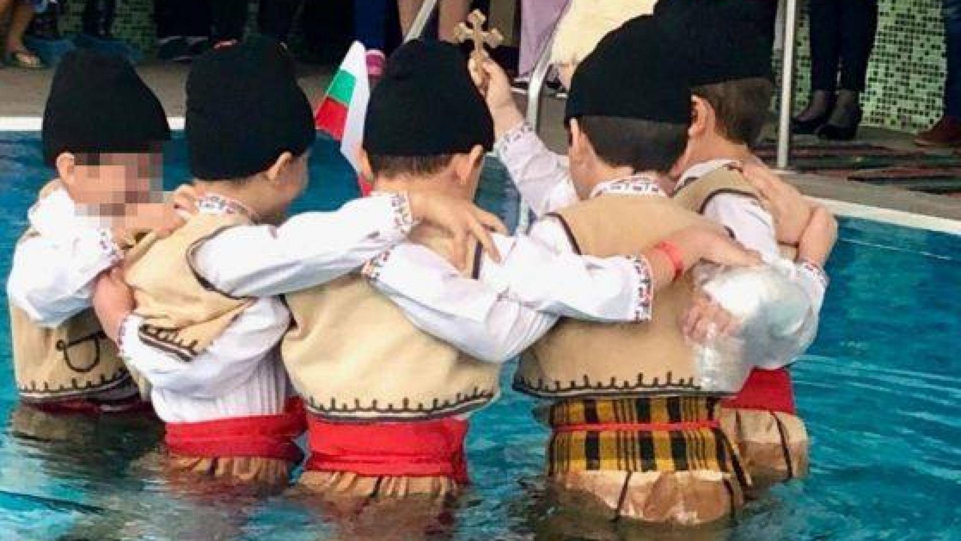 Вкараха деца с носии в басейн за Богоявление - да хващат кръста