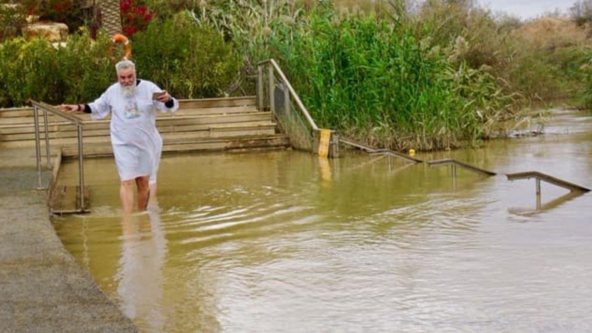 Владо Пенев се покръсти в река Йордан