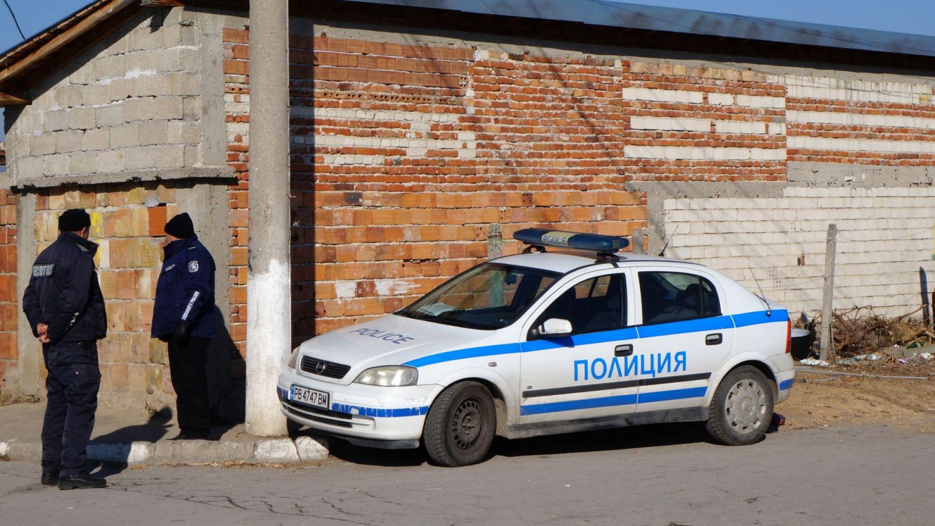 Циганите от Войводиново изнасят багажа си от махалата