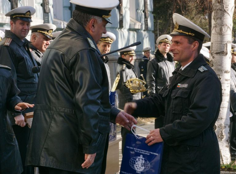 Началникът на училището флотилен адмирал Боян Медникаров награждава отличили се