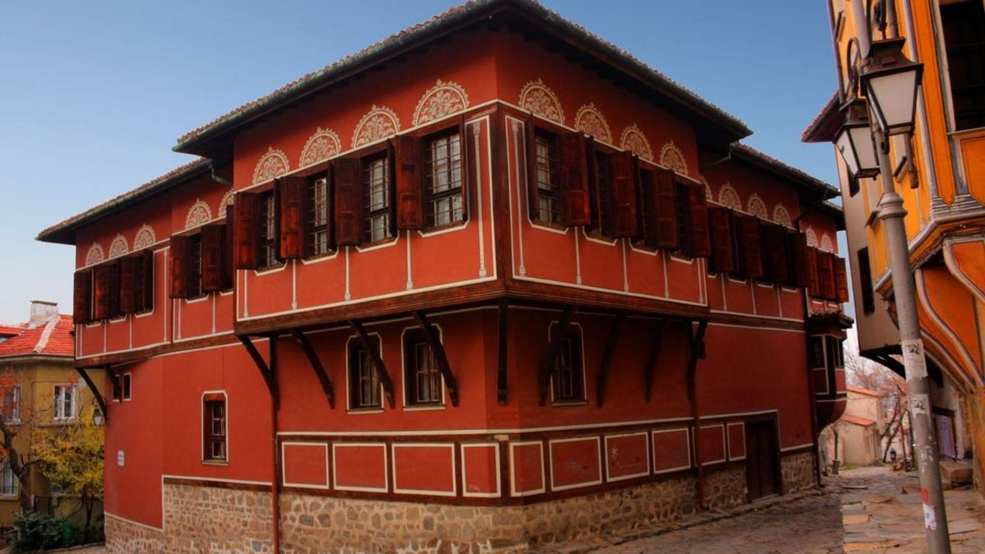 Правят инсталация от цветя в Пловдив с формата на Балабановата къща