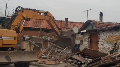 Събарят незаконни постройки в Пловдив, семейство се барикадира в дома си