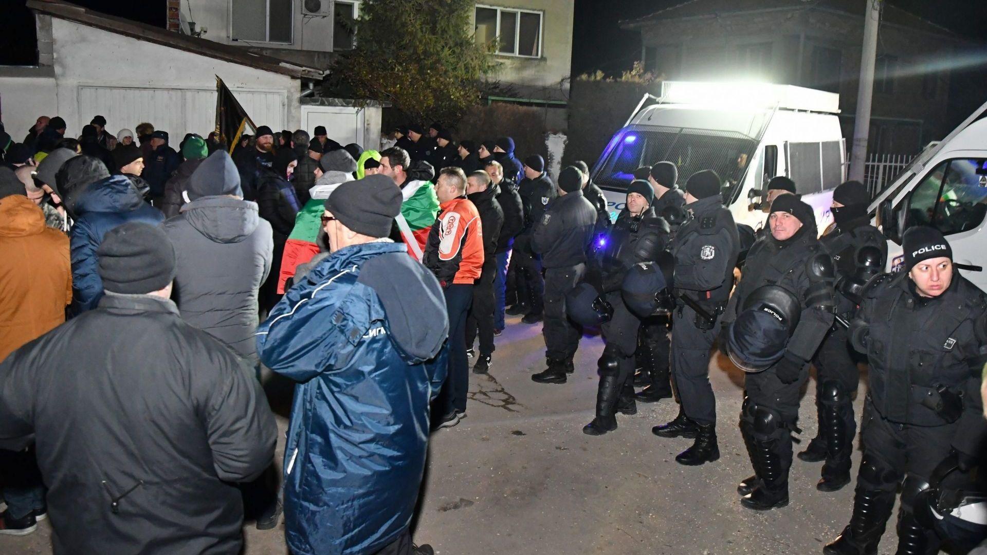 Протестите във Войводиново продължават, поканени са и военни