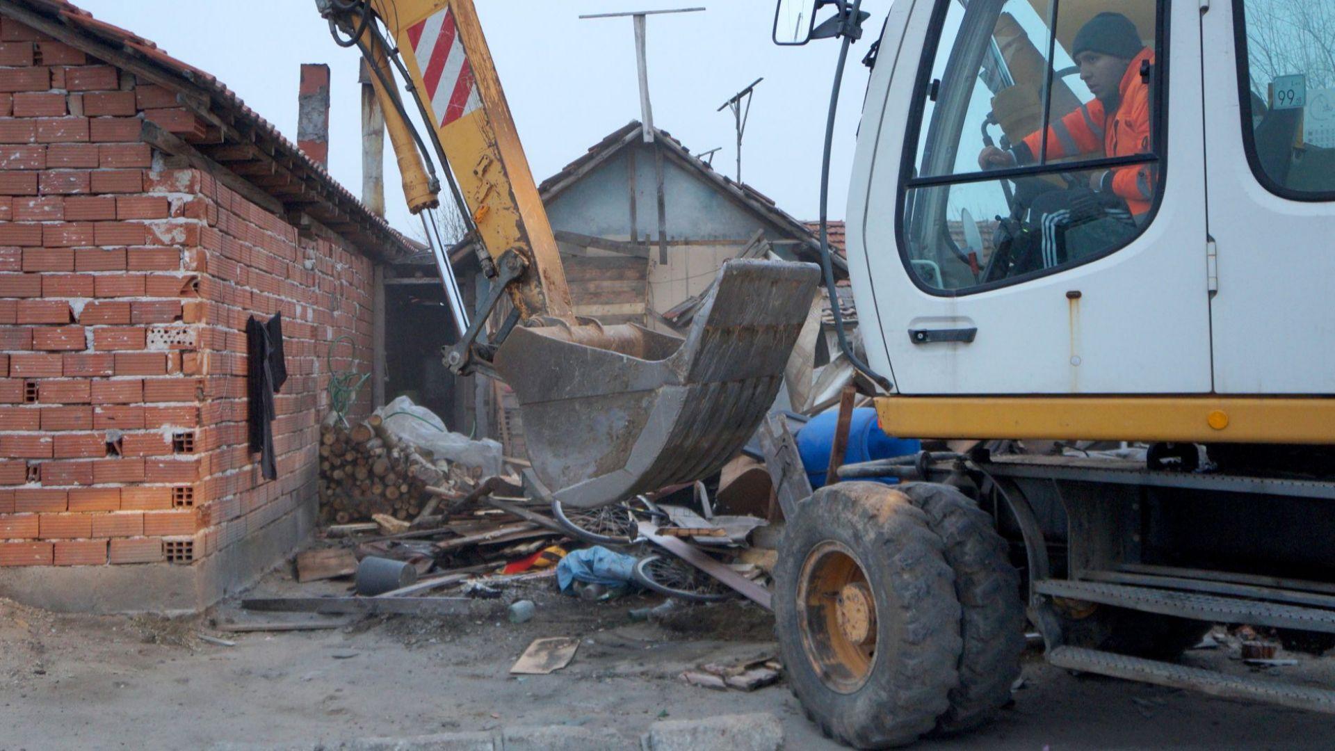 Багерите пак влязоха в ромската махала на Войводиново, ще сринат 10 къщи