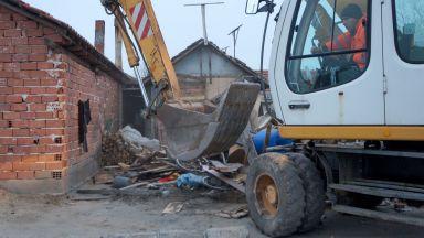 Ромите във Войводиново оспорват бутането на къщите им