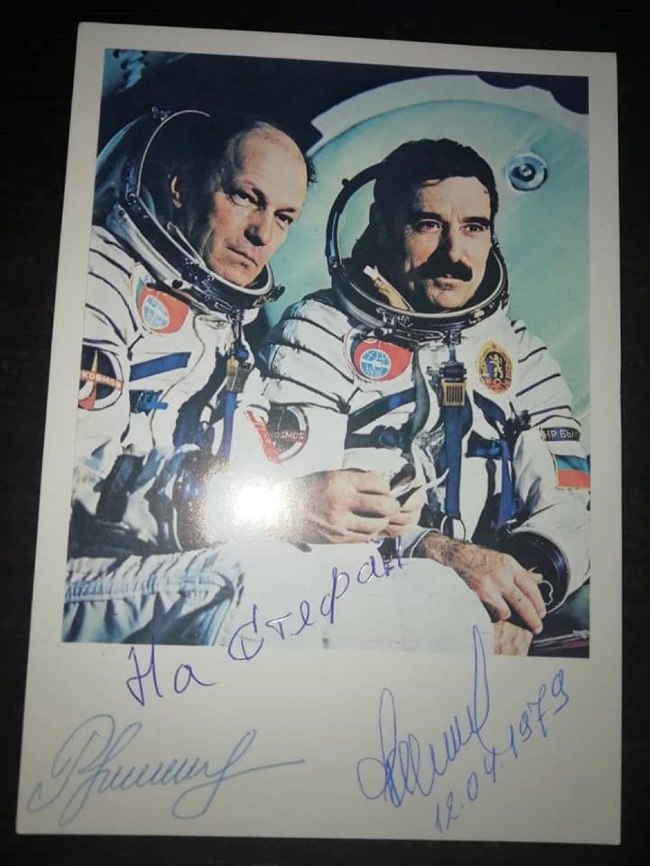 Космонавтът подари на момченцето своята снимка с подписа на руския си колега Рукавишников