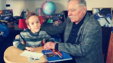 Космонавтът Георги Иванов посети болния Стефко, разрешават лечението му в Румъния