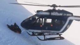 Спасиха скиор със зрелищна маневра на хеликоптер в Алпите (видео)