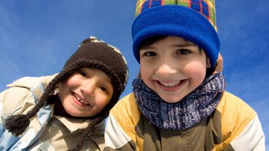 Игрите навън предпазват децата от късогледство