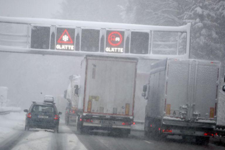 Камиони и коли пътуват по магистрала А 8 между Залцбург и Мюнхен след силен снеговалеж около Иршенберг, южно от Мюнхен