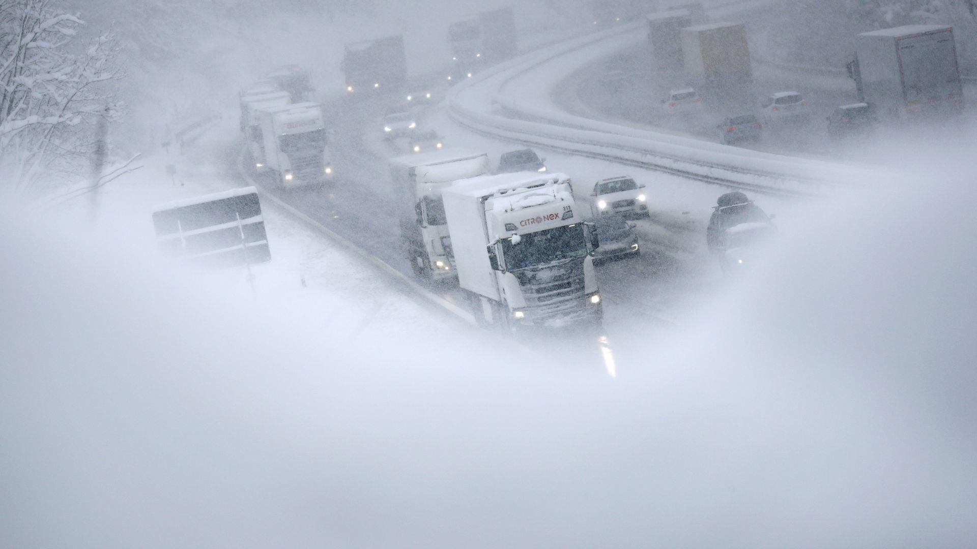 Европа остава в плен на суровата зима, жертвите са поне 15 (снимки)