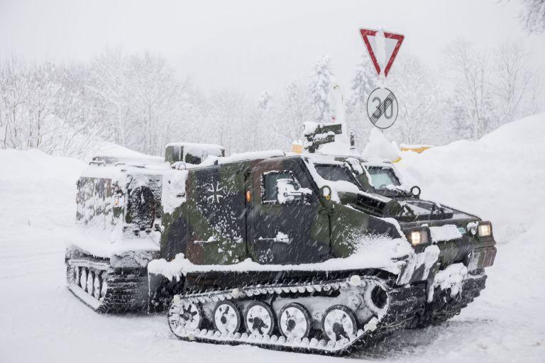 Пътно превозно средство на германската армия доставя храна на село близо до Берхтесгаден, южна Германия