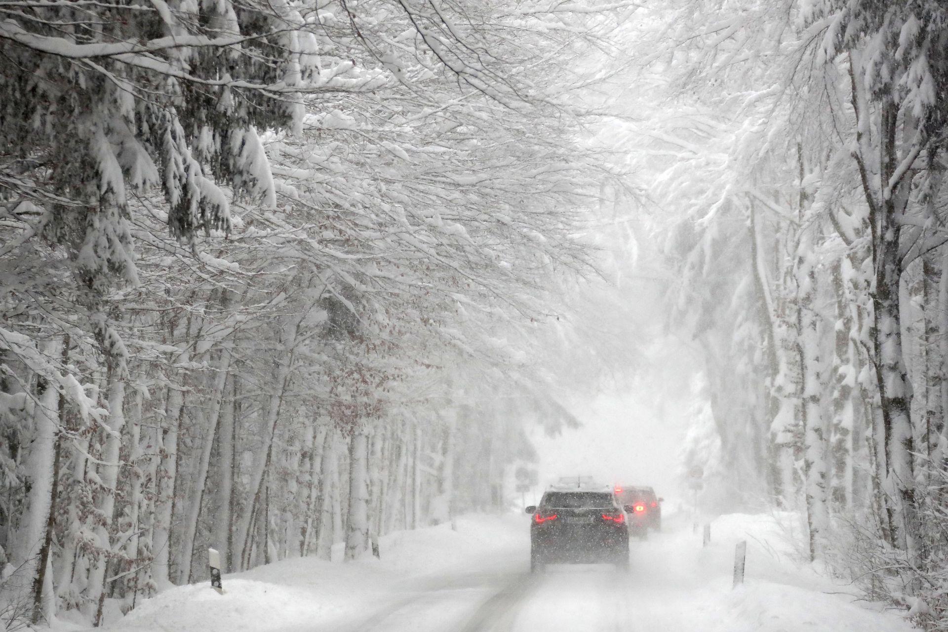 Автомобили се движат по леден път след силен снеговалеж около Иршенберг, южно от Мюнхен